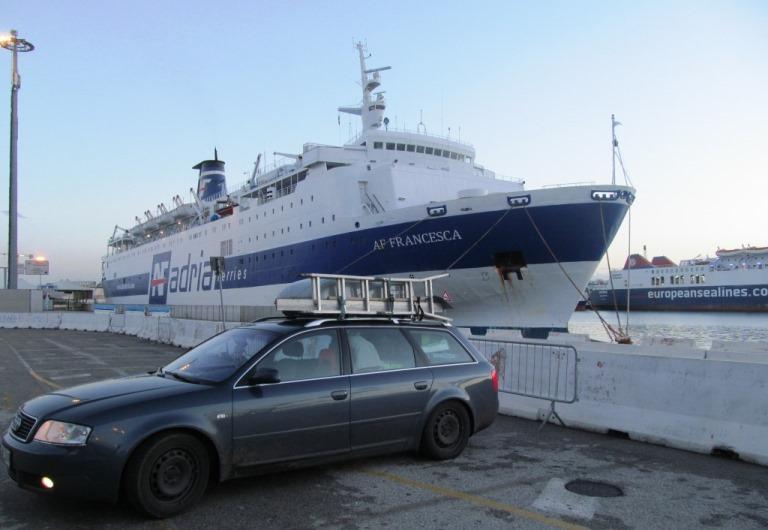 am Hafen von Bari vor dem Verladen aufs Schiff, warm, sonnig, kein Wind ruhige See