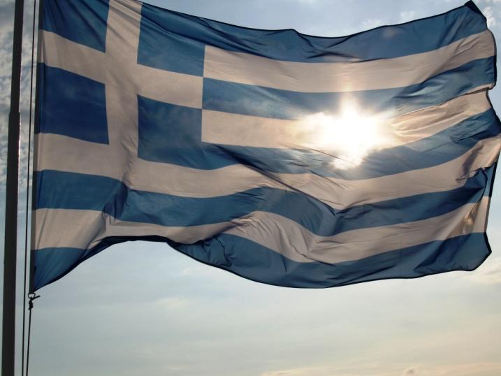 Wir sind wieder da und freuen uns die Farben von Hellas wieder zu sehen (Griechische Fahne in der Sonne)