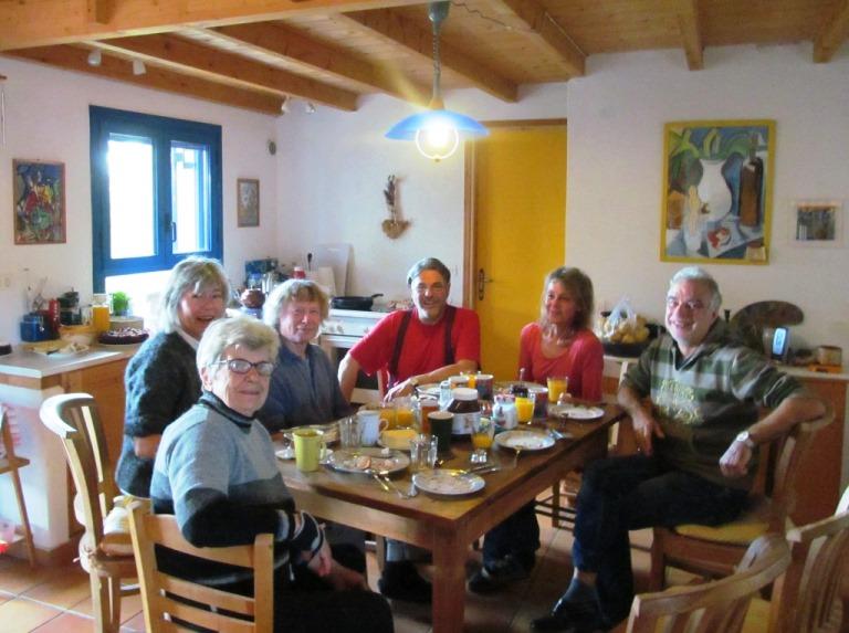 von rechts nach links: Lefteris, Silke, Manne, Wolfgang, Christa, Elenie (Panajotis ist grad draussen den Hänger holen und Alex macht das Foto)