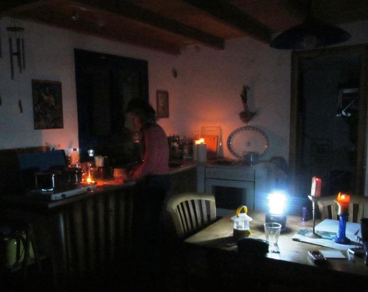 Dinner mit Kerzen und Kochen mit Gas überbrückt den Stromausfall nach einem Blitzeinschlag ganz in der Nähe unseres Qartiers