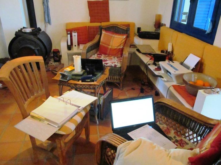 gemütlich warm am Bullerjan erledigen wir wichtige Büroarbeiten für den Pfeifferhof