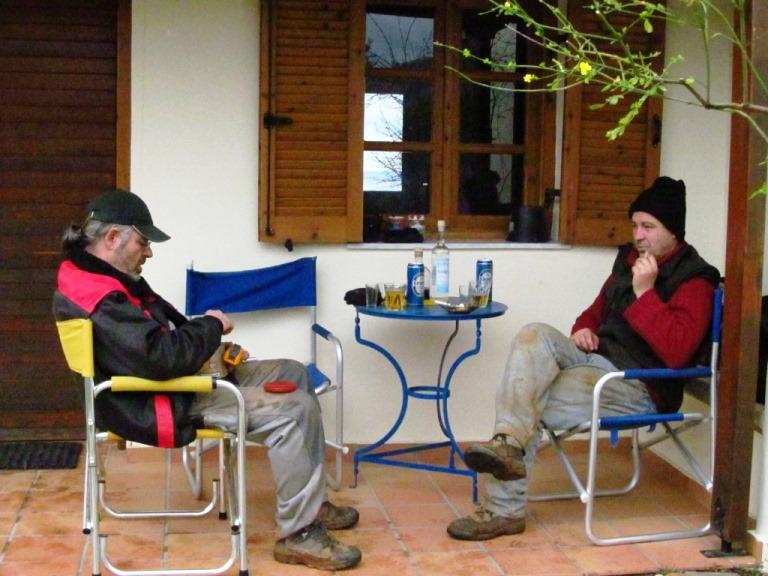 vor unserem Quartier gibts zum Feierabend ein Päusle mit Kaffee, Bier und Uszo