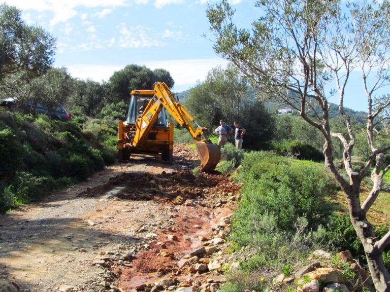 """die """"Strasse"""" zu unserem Grundstück wird nach den extremen Regenfällen (über 660 ltr pro m²) erneuert"""