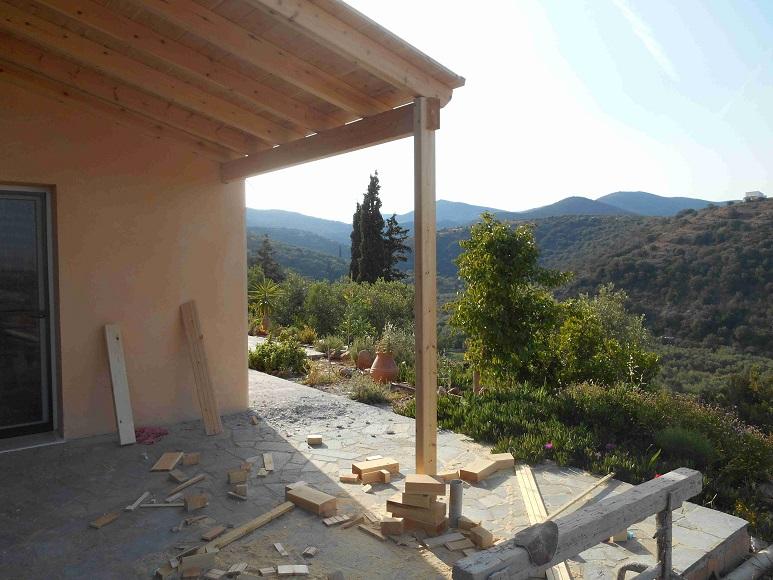 das Vordach vor der Küche wird gebaut © Foto Lefteris Delastik, Nomia