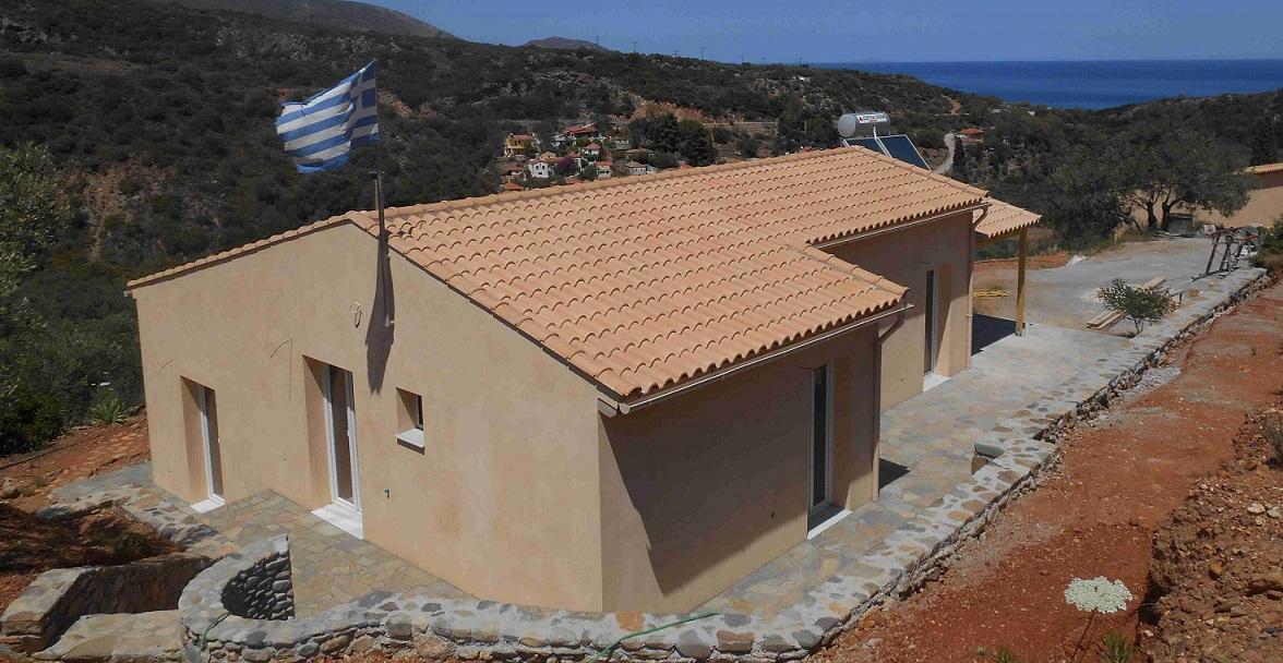 Blick auf das Haus von der darüber liegenden Terrasse  © Lefteris Delastik