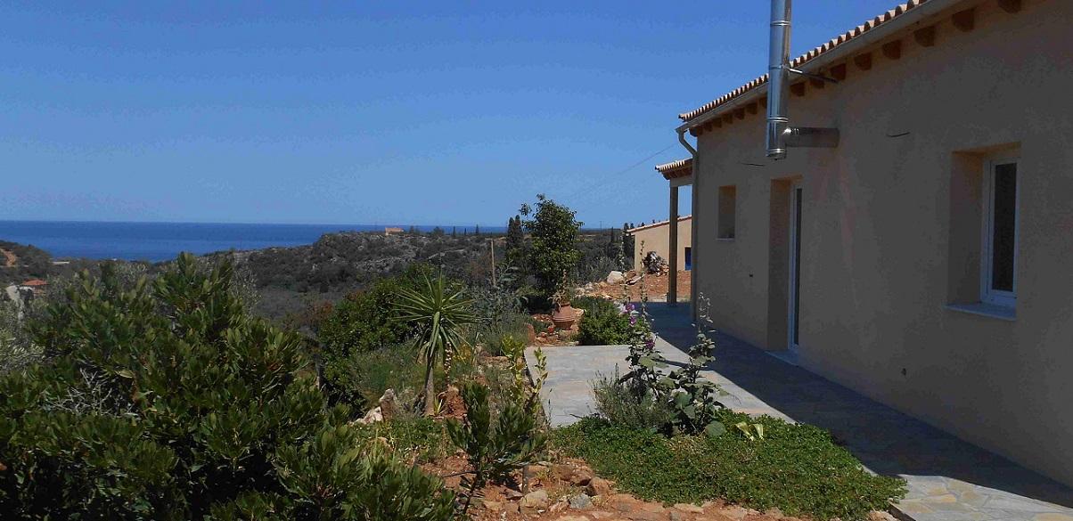 Terrasse vor dem Esszimmer, (wird noch per Pergola überdacht, mit Blick aufs Meer © Lefteris Delastik