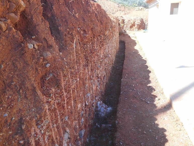 """Vorbereitung für unsere """"Traum-Mauer"""" aus Natursteinen aus der Umgebung (Foto: Lefteris Delastik)"""