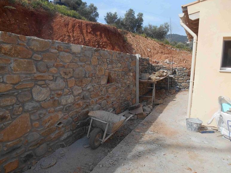 Mauerbau ist Handwerkskunst - jetzt geht es um das Eck © Lefteris Delastik
