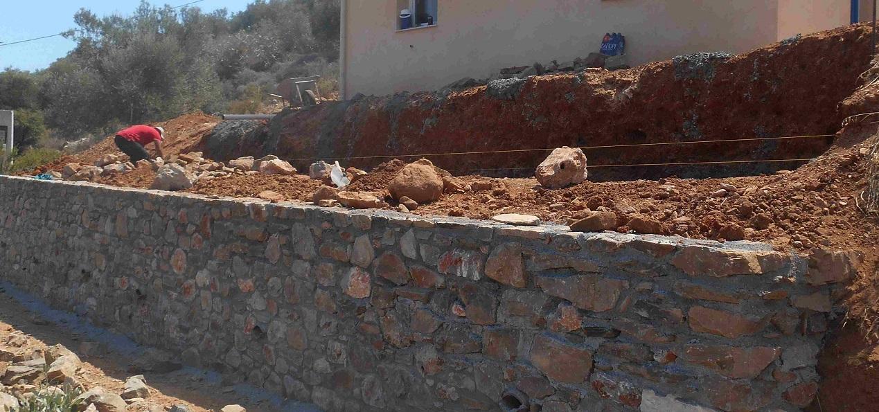 der untere Teil der Stützmauer ist fertig © Lefteris Delastik