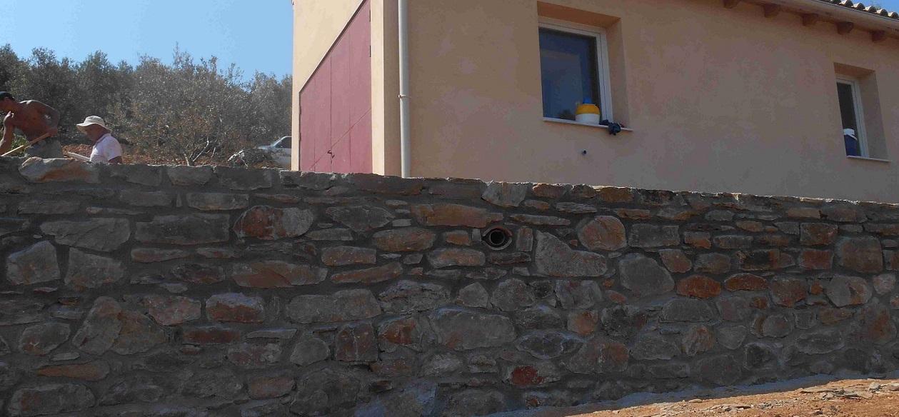oberer Teil der Mauer beim kleinen Haus ist fertig © Lefteris Delastik