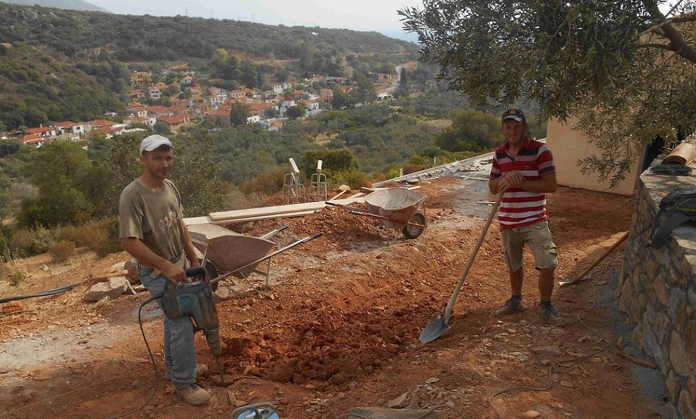 Florin und sein Kollege arbeiten am Verbindungsweg zwischen den beiden Häusern  © Lefteris Delastik