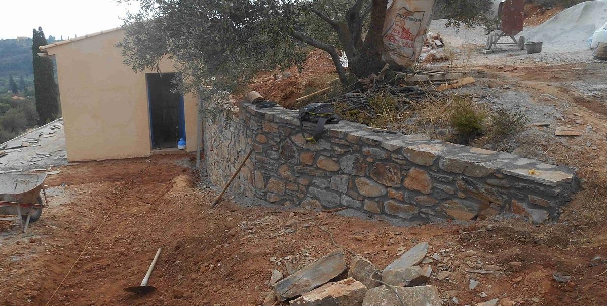 die neue Mauer am Olivenbaum zeigt zum großen Haus  © Lefteris Delastik
