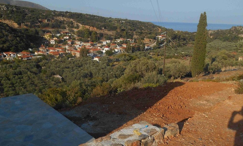 Bald können wir auch auf dieser Terrasse den Blick nach Nomia und auf das Meer genießen © Lefteris Delastik
