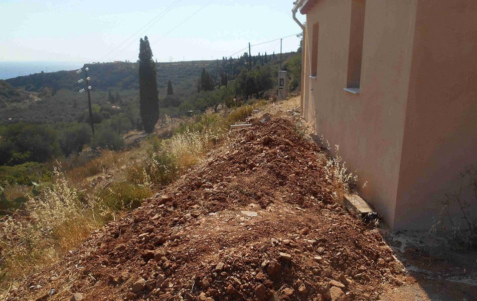 die Vorbereitung zur neuen Terrasse vor dem kleinen Haus wurden schon im Juni getätigt © Foto Lefteris Delastik