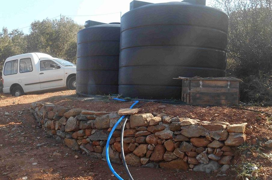 die Mauer bei den Zisternen ist fertig. Die Wasserleitungen verlegen wir bald selbst. © Foto Lefteris Delastik
