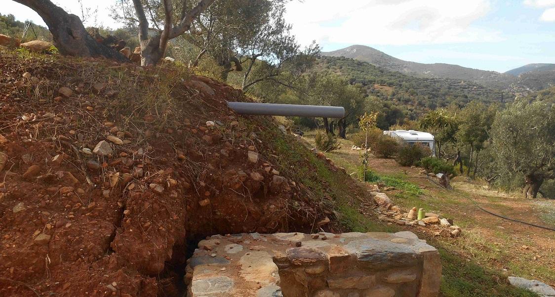 wir haben schon eine Idee - der noch unfertige Regenwasser Abfluss von der Atelier Terrasse © Foto Lefteris Delastik