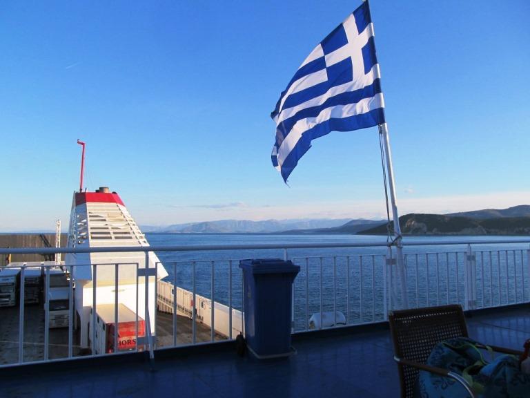 Was fuer ein wunderschoenes Wetter bei der Einfahrt in den Hafen Parta auf der Pelolonnes