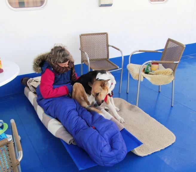 nach einer durchgeschaukelten Nacht, aber sehr gut ausgeschlafen, weckt uns Sam am Morgen auf der Faehre ... hei wir sind bald da ...