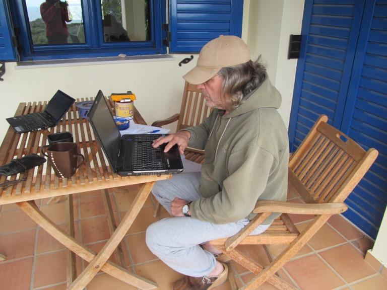 Büroarbeiten auf der Terrasse, zwar heute noch ein wenig frisch aber der Gedanke an das Ferienhaus und die Planung der Fenster lassen dies zu ;-)