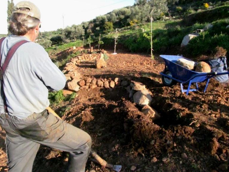 Manne baut seine erste Steintrockenmauer für eine Pflanzterrasse