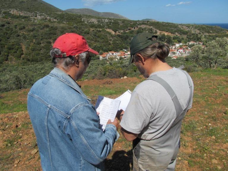 Lefteris und Manne kontrollieren die soeben erhaltenen Dokumente der Adeia (Baugenehmigung)