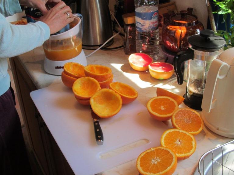 zum Frühstück täglich frisch gepressten Orangensaft in Griechenland