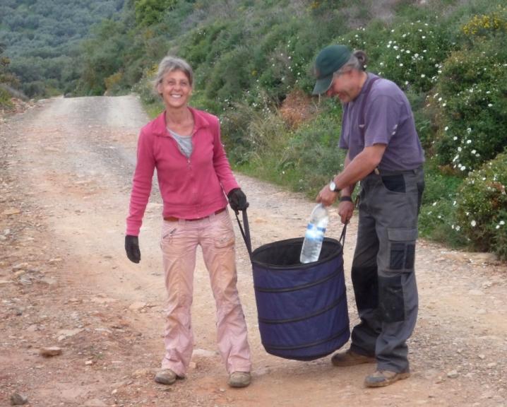 damit es nicht langweilig wird, tragen wir bis der Wasseranschluss fertig ist, das Wasser für die Pflanzen