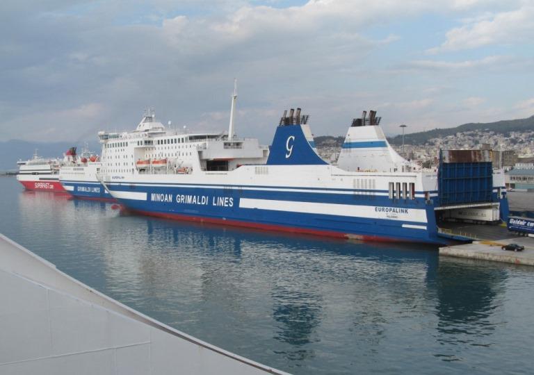 gleich 4 große Schiffe verlassen den Hafen Patra und alle sind geladen mit Hunderten von LKW´s