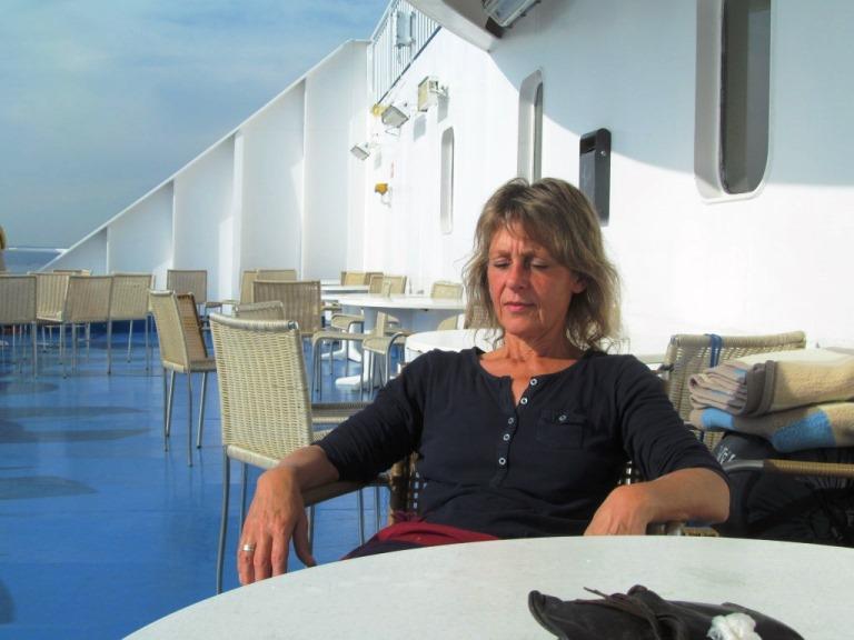 Silke genießt die letzten Strahlen der Sonner auf der Adria