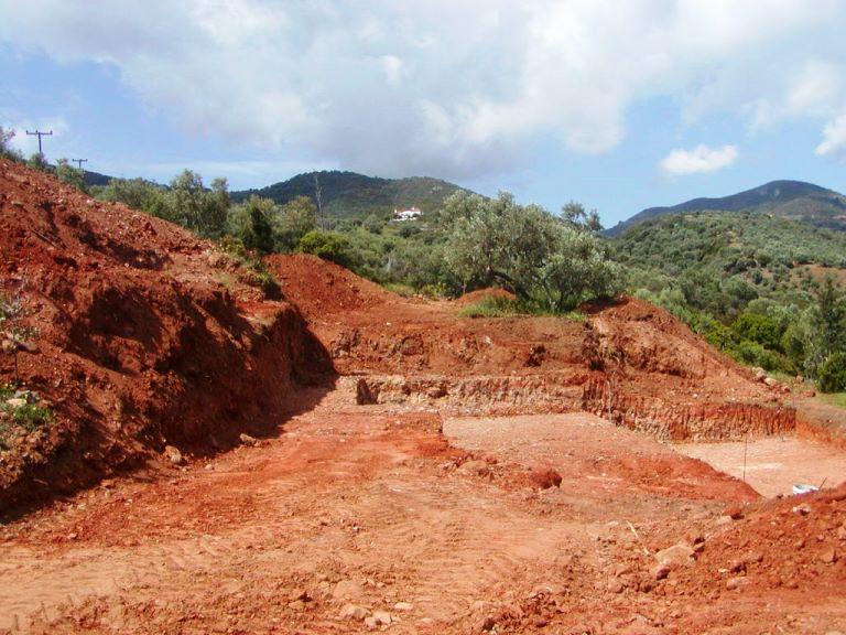 Die Baugrube ist komplett fertig, jetzt beginnen die Betonarbeiten für das Fundament (Foto: Lefteris)