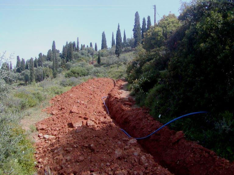 800 mtr wird der 25 mm druckfest und lebensmittelechte Schlauch in den Graben gelegt (Foto: Lefteris)