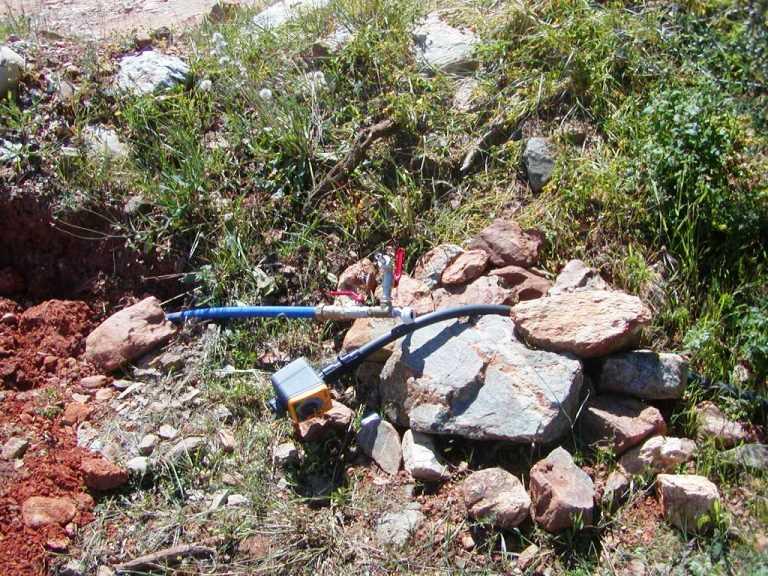 eine der Wasserleitungen und Schaltuhren für die Bewässerung (Foto: Lefteris)