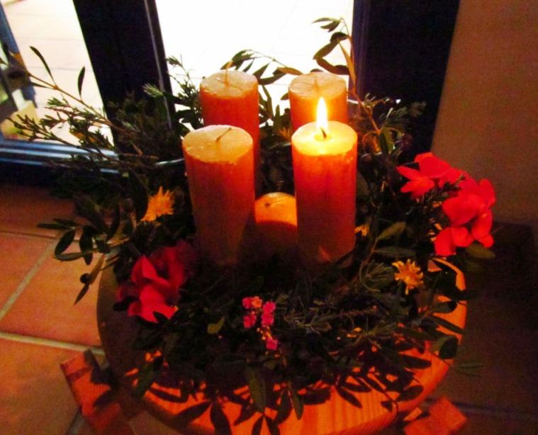 Viel blühendes aus dem Garten für den ersten Adventskranz in Nomia