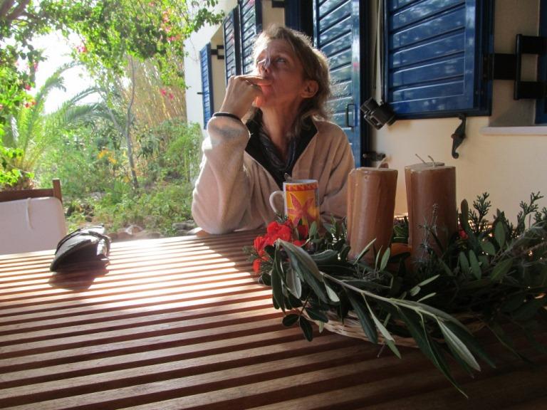 Adventskranz in der Sonne und eine genüssliche Guten Morgen Zigarette auf der Terasse bei über 20 °