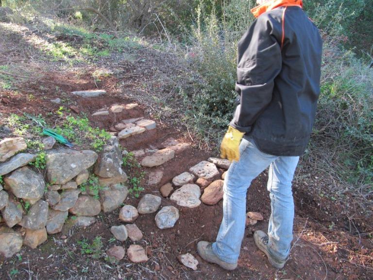 Verbindung zweier Trassen. Silke baut die erste Steintreppe auf KADOWLOS