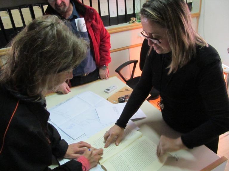 Silke unterzeichnet den Kaufvertrag