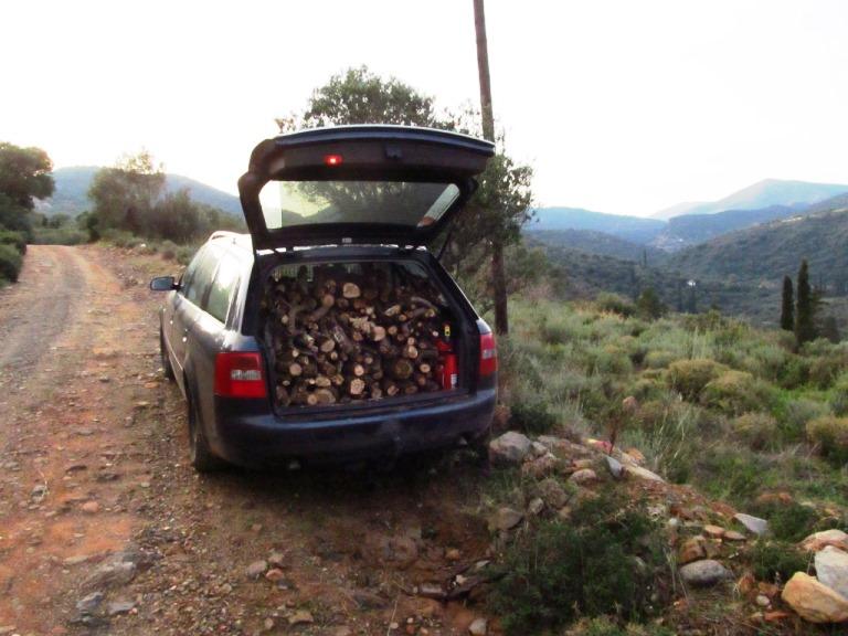 für die nächsten Wochen, Holz für das Quartier - AUDI-Holztransport