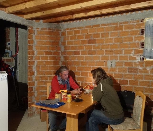 am Esstisch in der provisorischen Küche. Alles ist prima am Haus, Garten und im WoWa