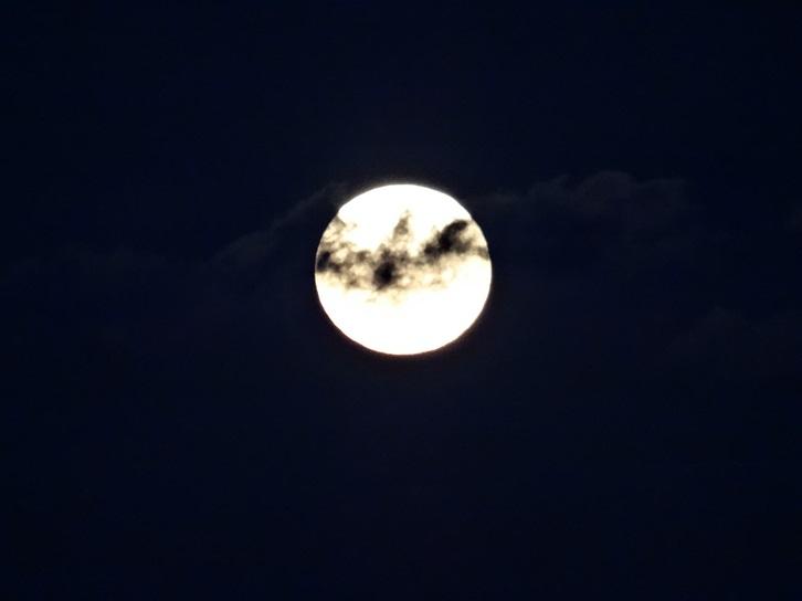 Vollmond am Abend über dem Meer am 27.10.2015