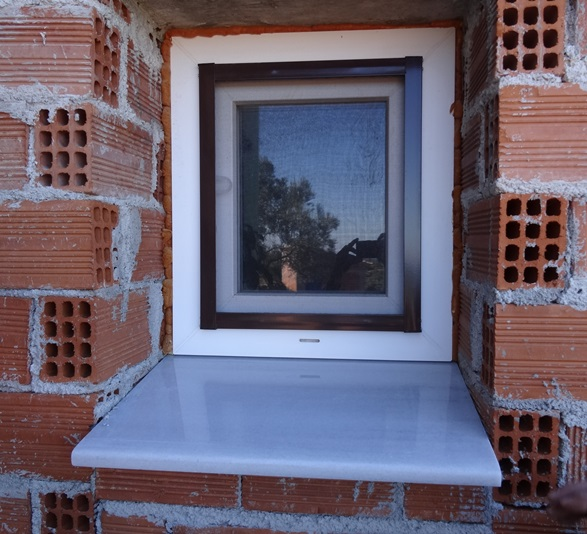 das kleine Fenster der Apotheki (Voratsraum)