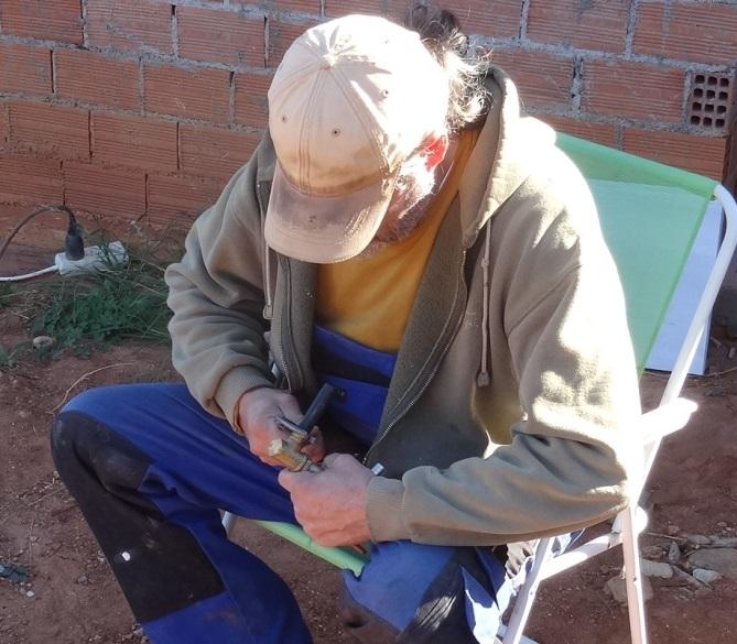 der Wasserhahn fürs kleine Haus wird abgedichtet