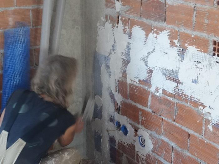Silke benetzt schon die Übergänge im Wohnzimmer
