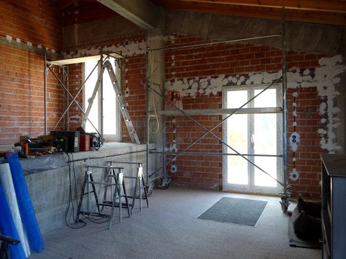 Atelier und Wohnzimmer, das Gerüst steht, morgen geht es weiter