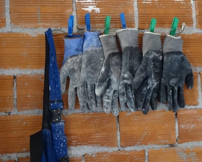 Hose und Handschuhe an den Nagel gehängt