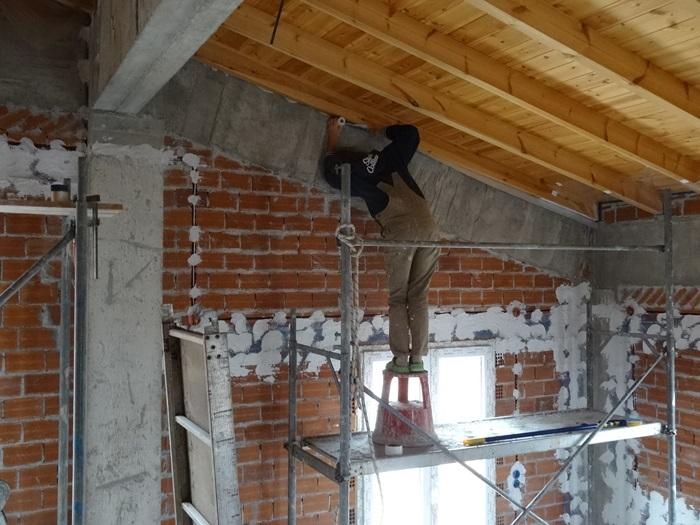 immer höher und immer mehr laufende Meter Holz sind abzukleben