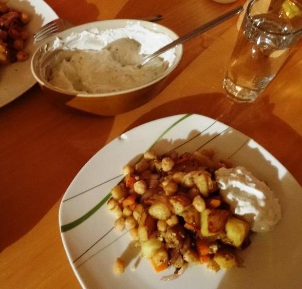 Kichererbsen, Kartoffeln, Möhren und frischer griechischer Joghurt mit Knobi, Gurke, Olivenöl (falscher Tzatziki)