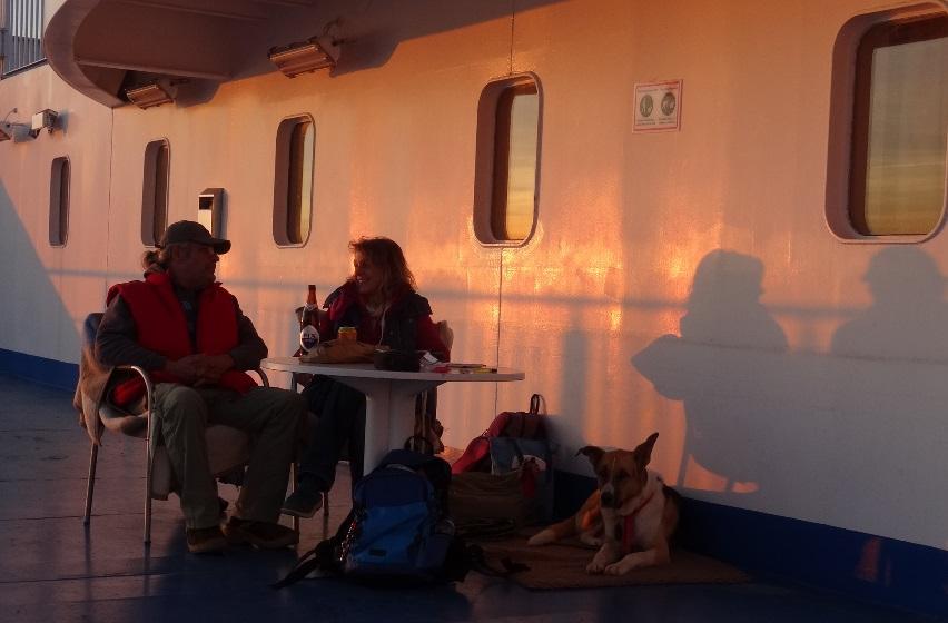 nach einer guten Fahrt sitzen wir am Abend an unserem gewohnten Platz auf der Superfast I von Patras nach Bari