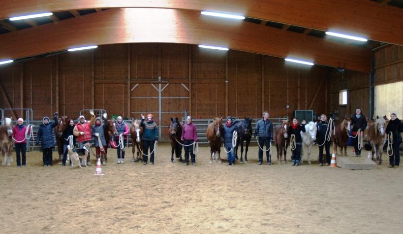 Die Gruppe der 11 Reitpädagogen des IPTh mit Ihren Pferden und Ausbildern am Pfeifferhof in unserer Reithalle