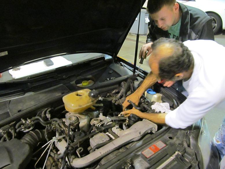 Dank eines lieben Helfers und Helmut können wir aus einem Oldtimer einen Kühlwasserbehälter aus-, um- und dann in den AUDI einbauen damit wir weiterfahren können