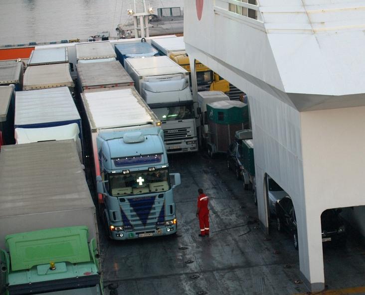 beide Fahrzeuge und beide Hänger stehen auf der Superfast II am offenen Deck